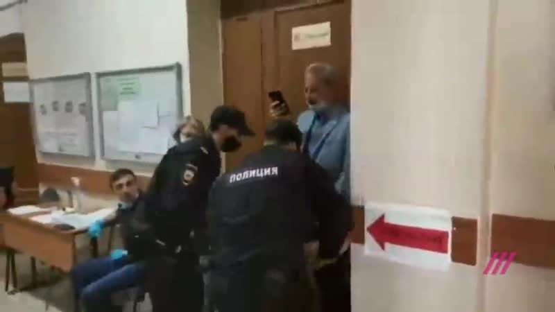 Полицейские заломили руку и повалили на пол журналиста на избирательном участке NR