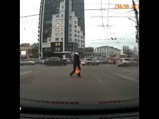 Подростки бегают по автомобилям