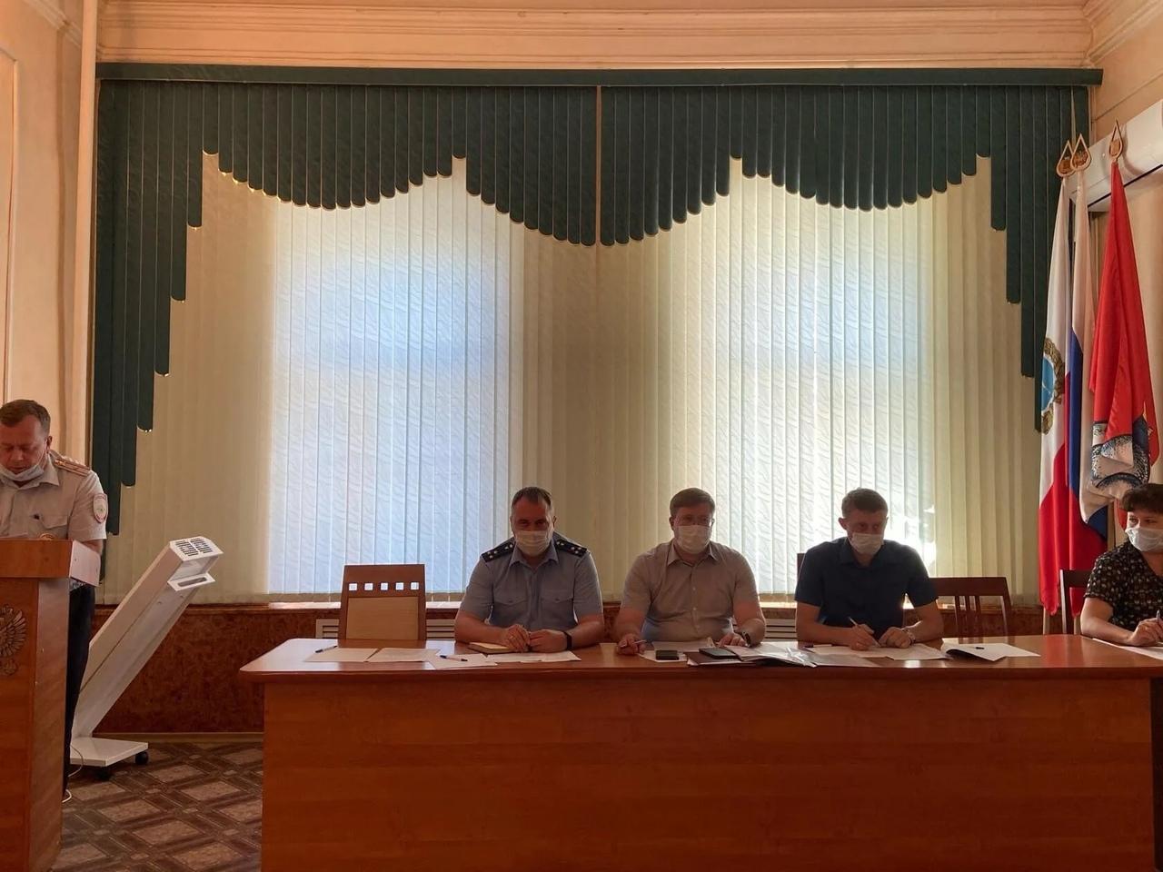 В администрации района при участии межрайонного прокурора Александра Казакова состоялись заседания двух межведомственных комиссий
