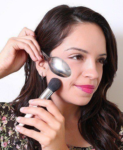 4 ЛАЙФХАКА по базовому макияжу Визажист отвечает на самые интересные вопросы читательниц. 1. Обязательно ли на тональный крем наносить пудру В макияже нет строгих правил. Но когда необходимо