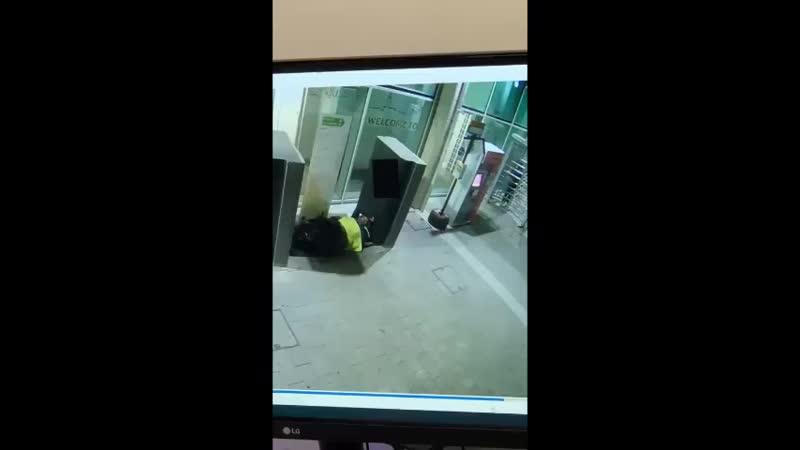 ЭТО ПИЗДЕЦ ТОВАРИЩИБразильянка была не очень рада спящему бомжу, потому просто облила его бензином и подожгла. Девушку задерж