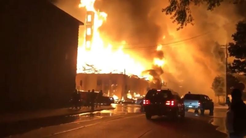 Страшное происходит в Миннесоте Люди массово грабят супермаркеты и банкоматы город уничтожен
