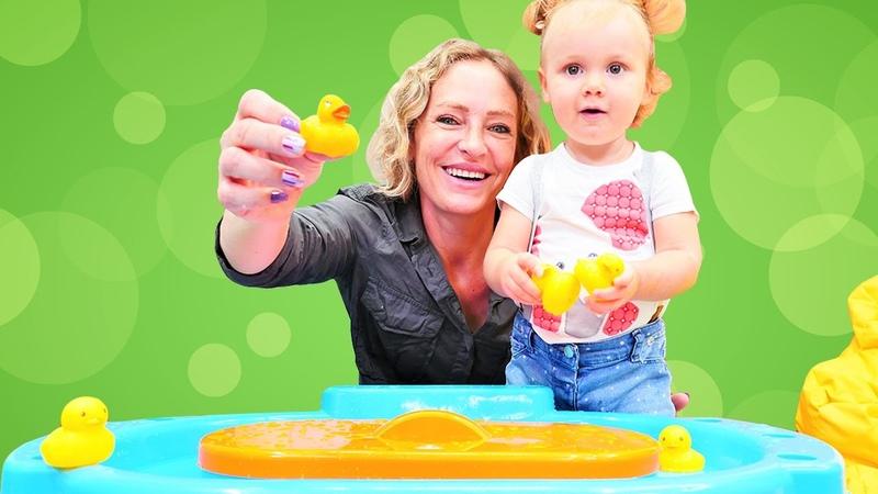 Spielspaß für Kleinkinder – Nicole hat für Derin ein neues Spielzeug – Kinderspiele