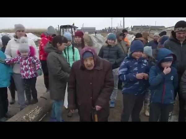Жители деревни Заварухино (Челябинская обл.) обращаются к власти уже 15 лет. Каждую весну они отрезаны от мира.