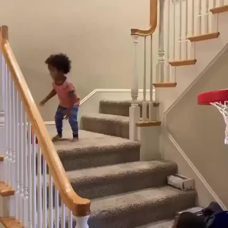 Малыш попадает три раза подряд в баскетбольное кольцо | allbasketball