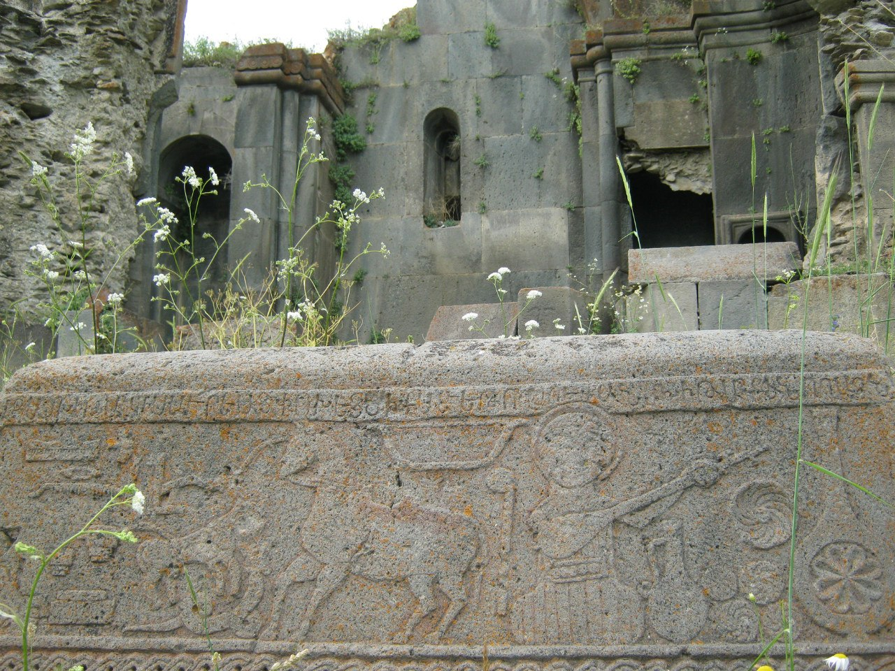 Древний надгробный камень с рельефными рисунками на юго-востоке Армении