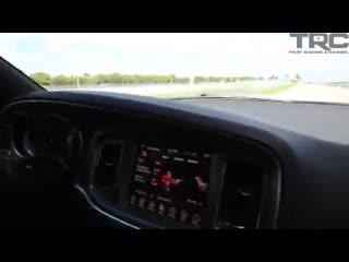 Девушка на Hayabusa тролит пацанов на Dodge Challenger Hellcat