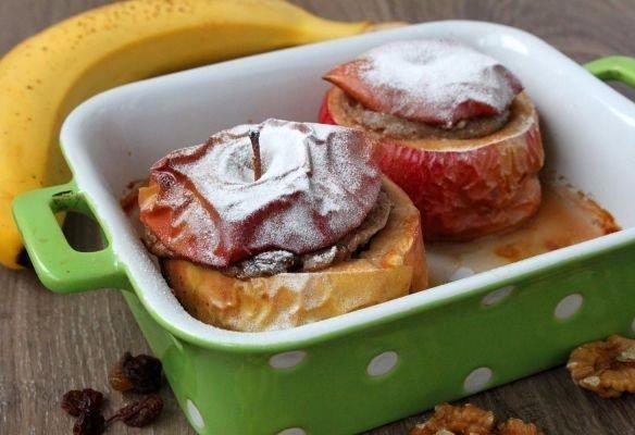 Печеные яблоки, фаршированные бананом Что нужно: Яблоки 3 шт.Банан спелый 1 шт.Грецкие орехи 2 ст. л.Изюм 1 ст. л.Сахарная пудра для присыпкиЧто делать: * У яблок срезаем ножом верхнюю часть