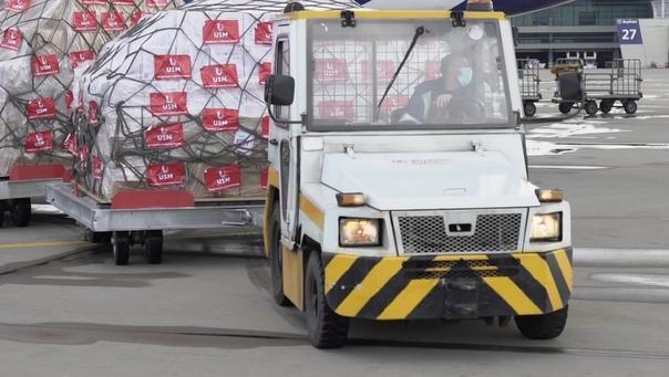 36 тонн груза или 1 миллион масок, 30 тысяч комбинезонов и 650 тысяч медицинских перчаток - столько помещается в одном грузовом самолете Это первая крупная поставка защитных средств в Россию,