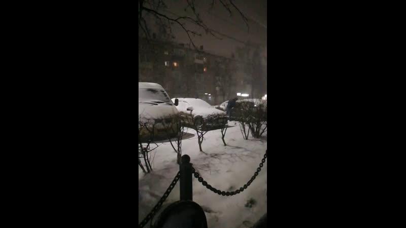 А снег кружится летает летает