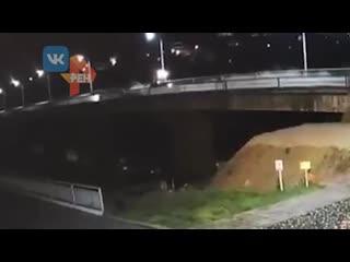 Момент смертельного падения машины с моста попал на видео
