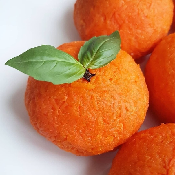 Идеи к Новогоднему столу Закуска МАНДАРИНКИ Ингредиенты: - Морковь 3-4 шт. У меня 4 средних. - Яйца 2 шт. - Сыр 150 г. - Чеснок 2 зубчика - Куриная грудка ~200 г. - Натуральный йогурт 3-4