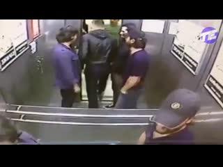 Драка в лифте один против троих.