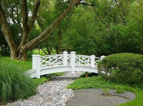 Яркие мосты в саду.