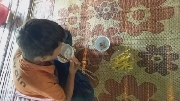 10-летний пацан потерял всю свою семью, и теперь живет самостоятельно в лачуге В возрасте 10 лет мальчик из отдаленной вьетнамской деревушки, Данг Ван Хуйен, остался сиротой. Он потерял мать,
