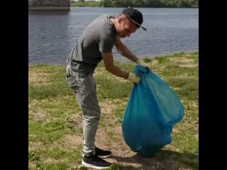 Парень решил в одиночку очистить берега от мусора