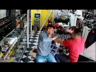 Место действия Бразилия мужик хотел ограбить покупателя, но что-то пошло нет так