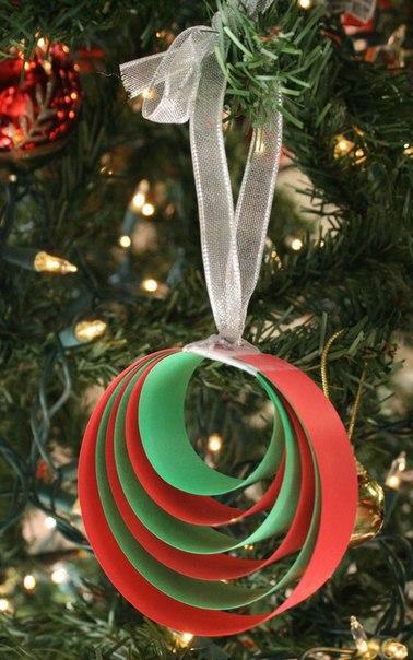 ЕЛОЧНЫЕ ИГРУШКИ ИЗ БУМАГИ СВОИМИ РУКАМИ Самый доступный материал для создания елочных игрушек своими руками - это бумага и картон. Мы приготовили для вас подборку простых новогодних украшений из