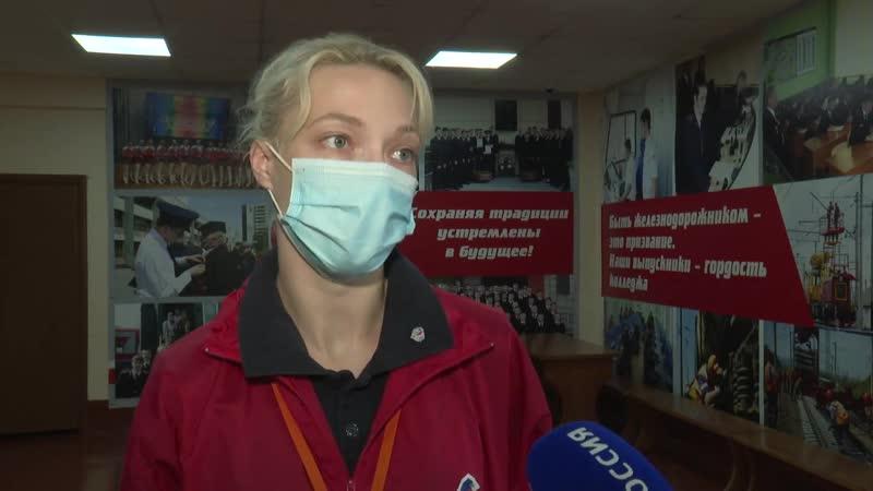 Участники команды Молодёжка ОНФ работают на избирательных участках в Новосибирске
