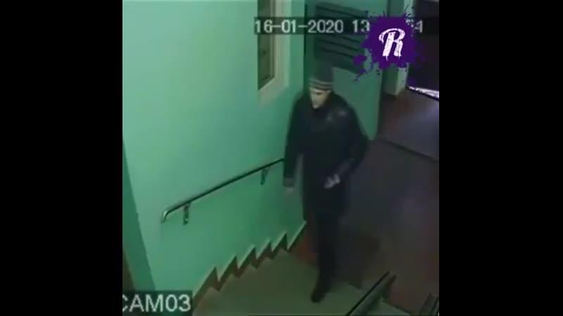Мужчина преследует школьницу!!
