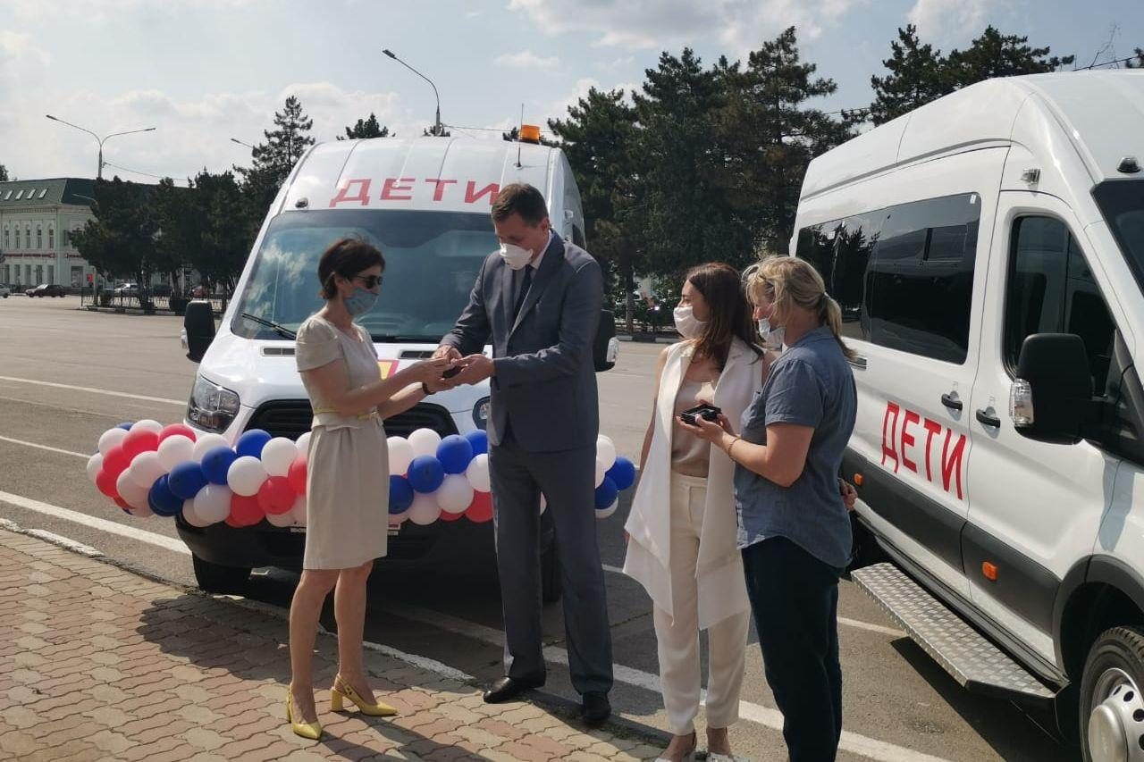Две спортивные школы Ростовской области получили новые автобусы