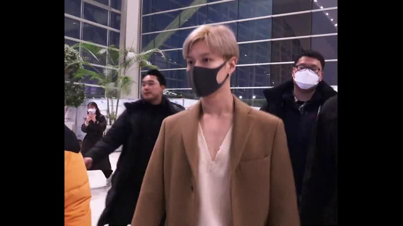 200129 Аэропорт Taeminnie communicating with his SHINee hyungs all the time