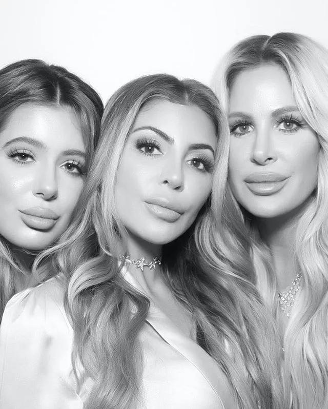 На этой фотографии мать и её две дочери, а теперь попробуйте угадать, кто есть кто