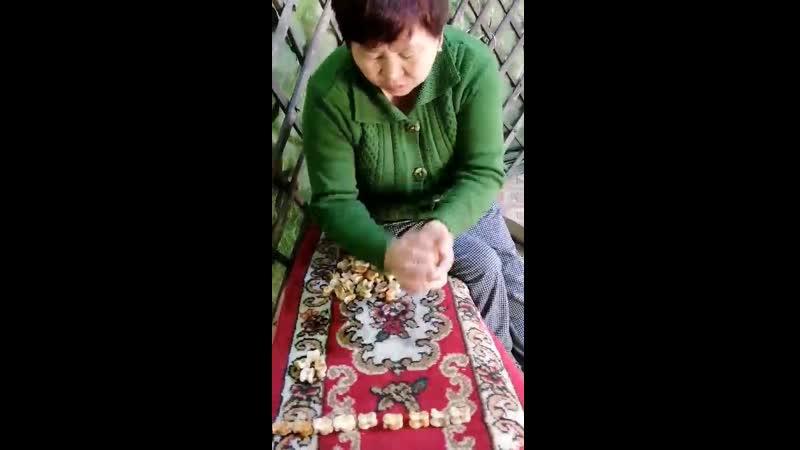 Работница дома культуры с Чыраа Бажы покажет 2 виды игры с костяшками кажык
