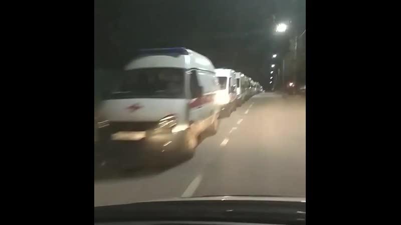 Очередь в больницу Новогорска из машин скорой помощи NR