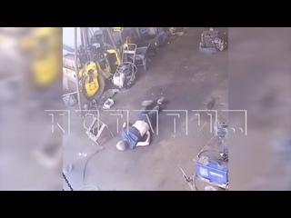 Водитель взорвался на колесе, которое хотел накачать и по...