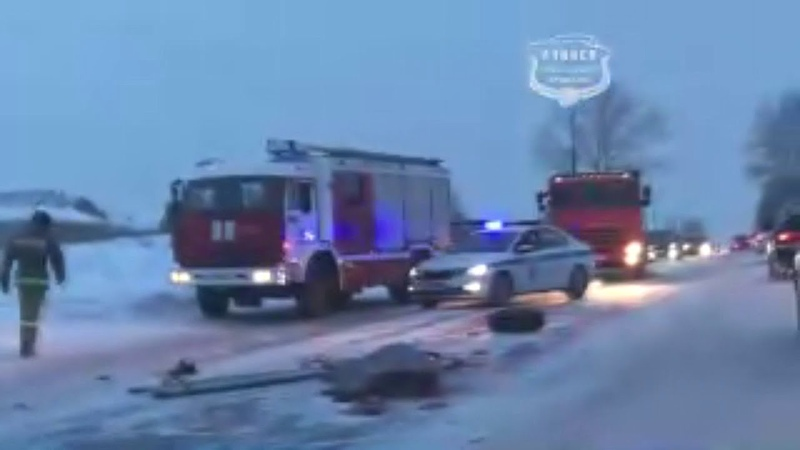 Под Ачинском на шоссе Нефтяников автомобиль судмедэкспертов врезался в КамАЗ