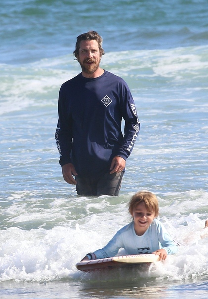 Кристиан Бэйл учит сына сёрфингу ???????? Ещё вес гонять...