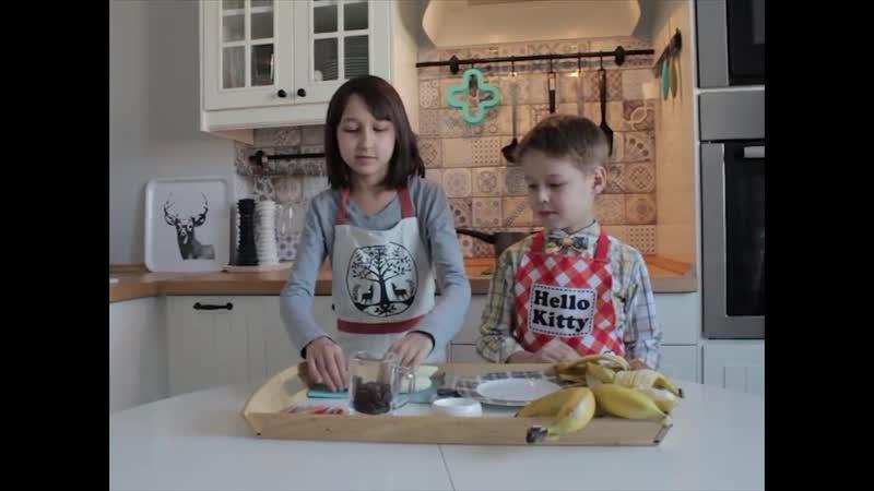 Бананы в шоколаде. Дети готовят еду сами.