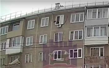 В Красноярске разъярённый мужчина выбросил свою собаку из окна 5 этажа Несмотря на травмы, пёс встал на лапы и ждал хозяев возле двери подъезда...По словам мужчины, он спал и его в этот момент