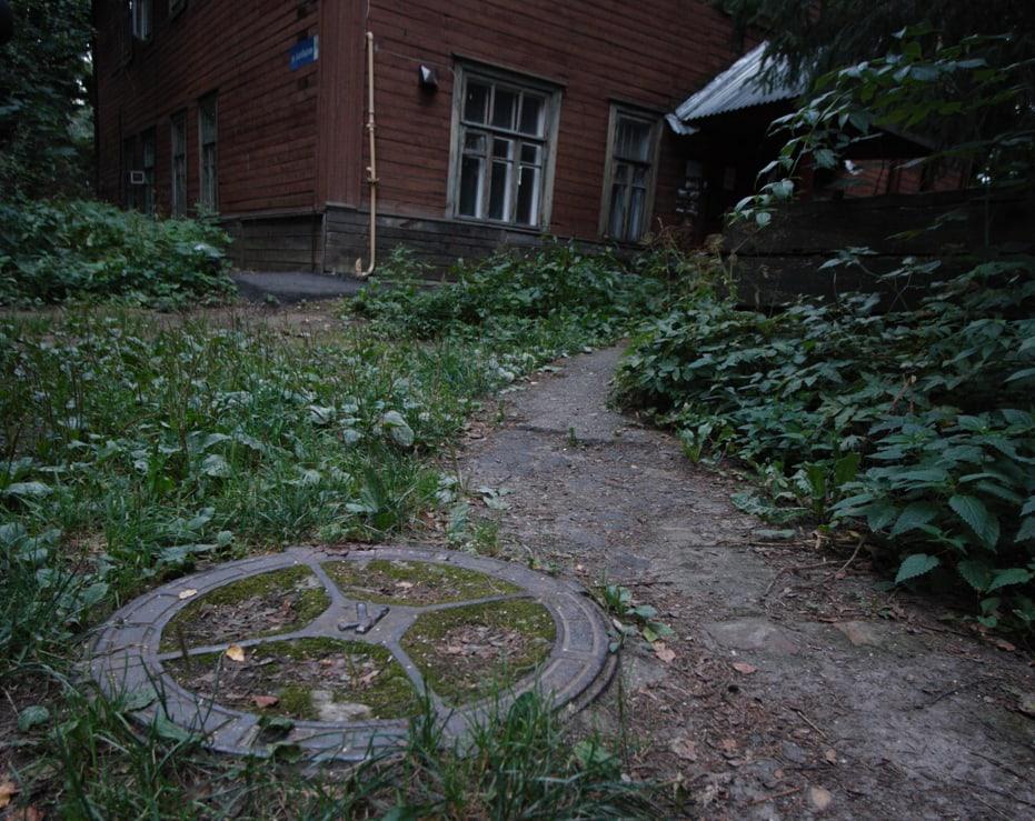 Маленькая деталь: в старых городах ещё сохранились вот такие люки, разделённые н - Фото