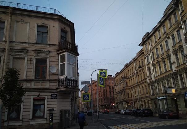 В Санкт-Петербурге мужчина решил застеклить свой балкон, но сейчас не понятно, почему его фотографируют прохожие